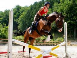 Locker per Pferd über´s Hinternis