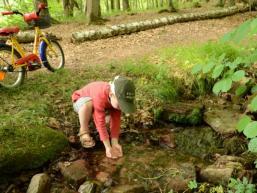 Kinderspaß am Wasser des Eidenbaches