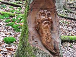 Baumfiguren zieren den Weg zum Wasserfall