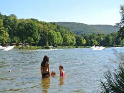 Ein Schwimmbereich zum Baden im See ist abgesperrt
