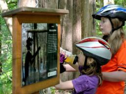 Schautafel studieren auf dem Walderlebnispfad