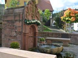 Bedeutender Sandsteinbrunnen vor der Kirche in Rengersbrunn