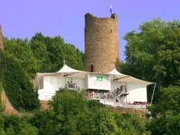 Bild der Scherenburg mit Bühnendach der Festspiele