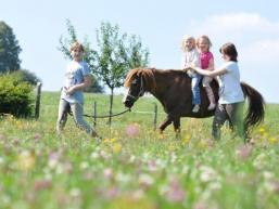 Kinder zu Pferde