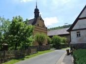 Ortstraße mit Kirchlein in Michelau