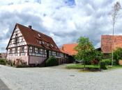 Dorfmitte von Morlesau mit Bauernhof und Zehntscheune
